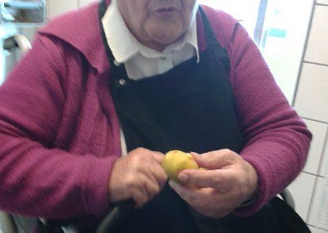 Edith hjælper med at skrælle kartofler