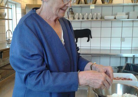 Mary er flittig i køkkenet – vi skal have rabarber kage
