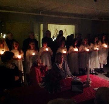 Lucia optog og sang ved kirkekoret