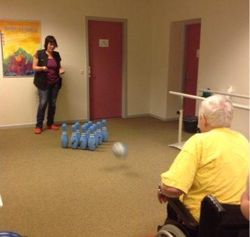 Aktivitet og motion med bowling i træningsrummet