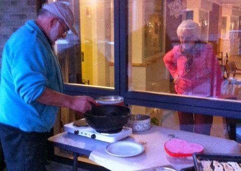 Kurt koger klejner med hjælp fra beboerne