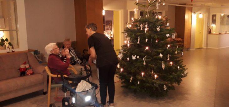 Så blev juletræet pyntet